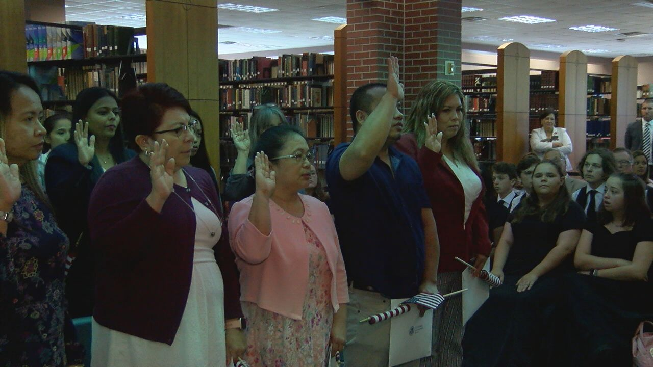 Fifteen People Become U S Citizens During Ceremony At Ul