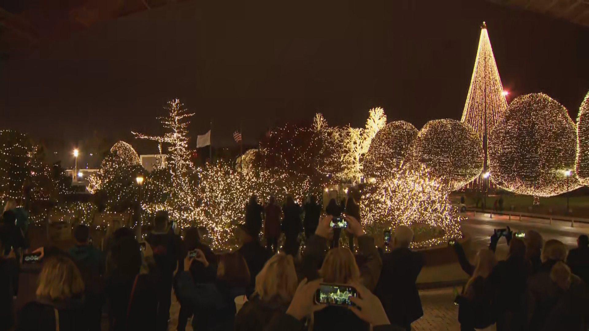 Christmas At Opryland 2020 Gaylord Opryland celebrates the holidays, turn on light display at