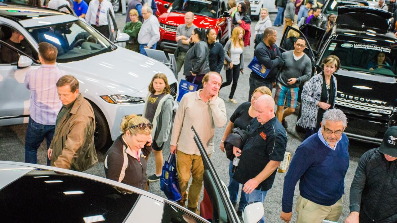 crowd san diego international auto show.jpg