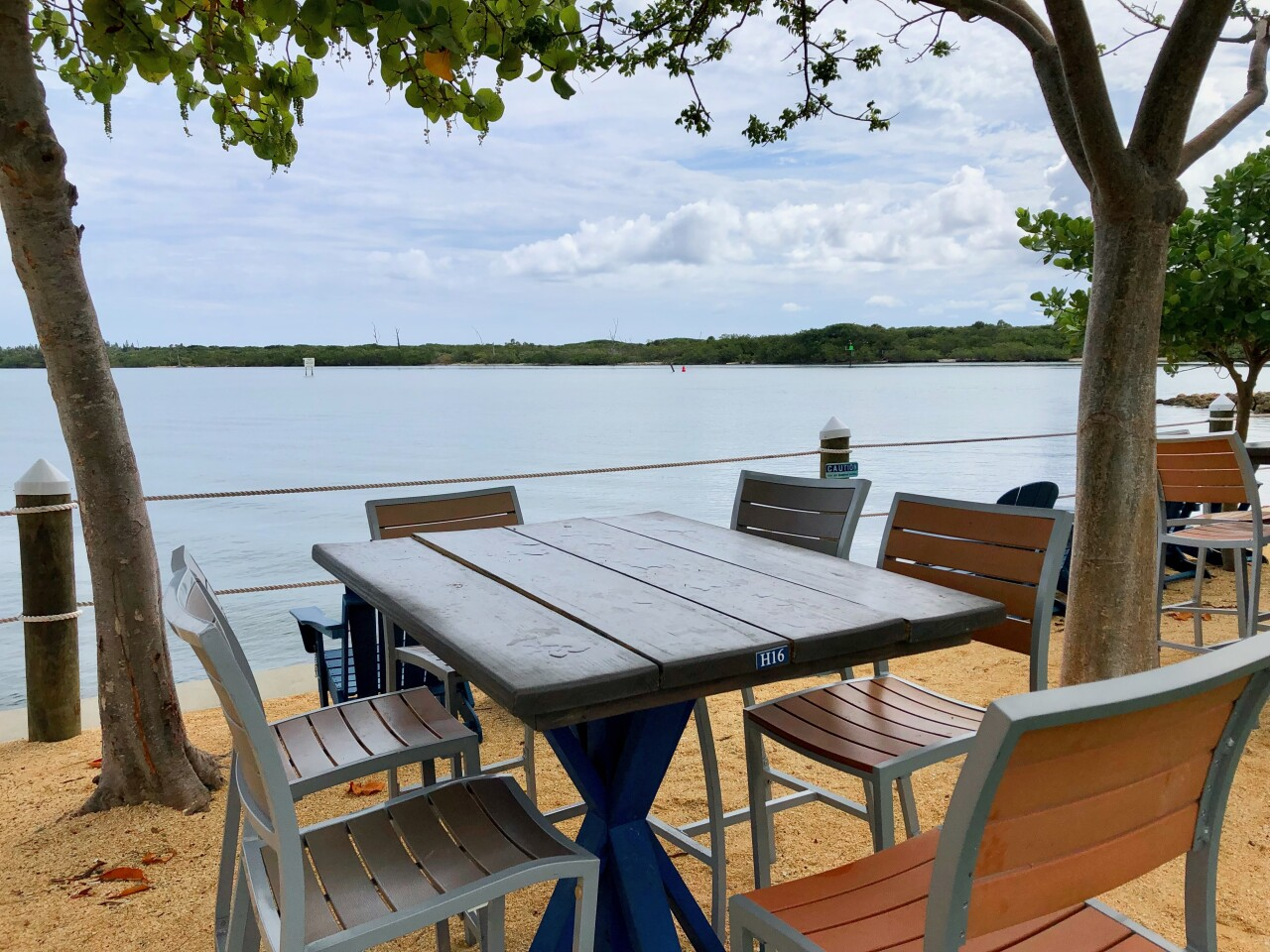 Outdoor dining at Blue Pointe Bar and Grill
