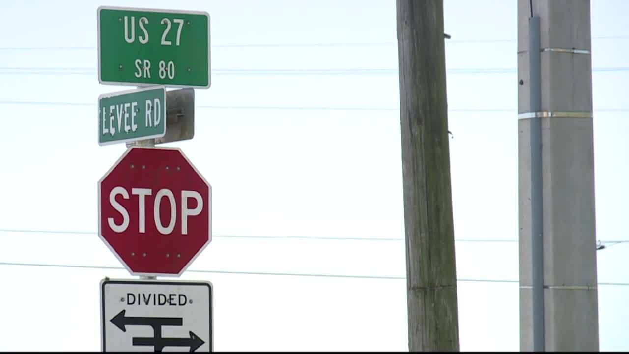 divided highway sign beneath sign for U.S. Highway 27 in Clewiston