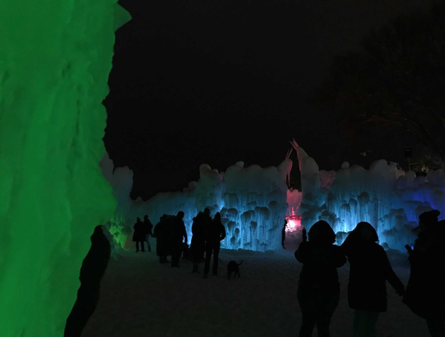 ice castles night 18.PNG