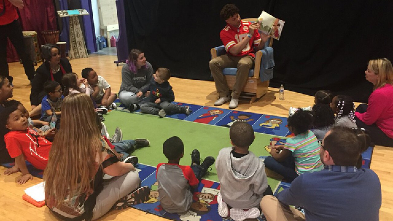 Chiefs QB Mahomes visits with students in KC