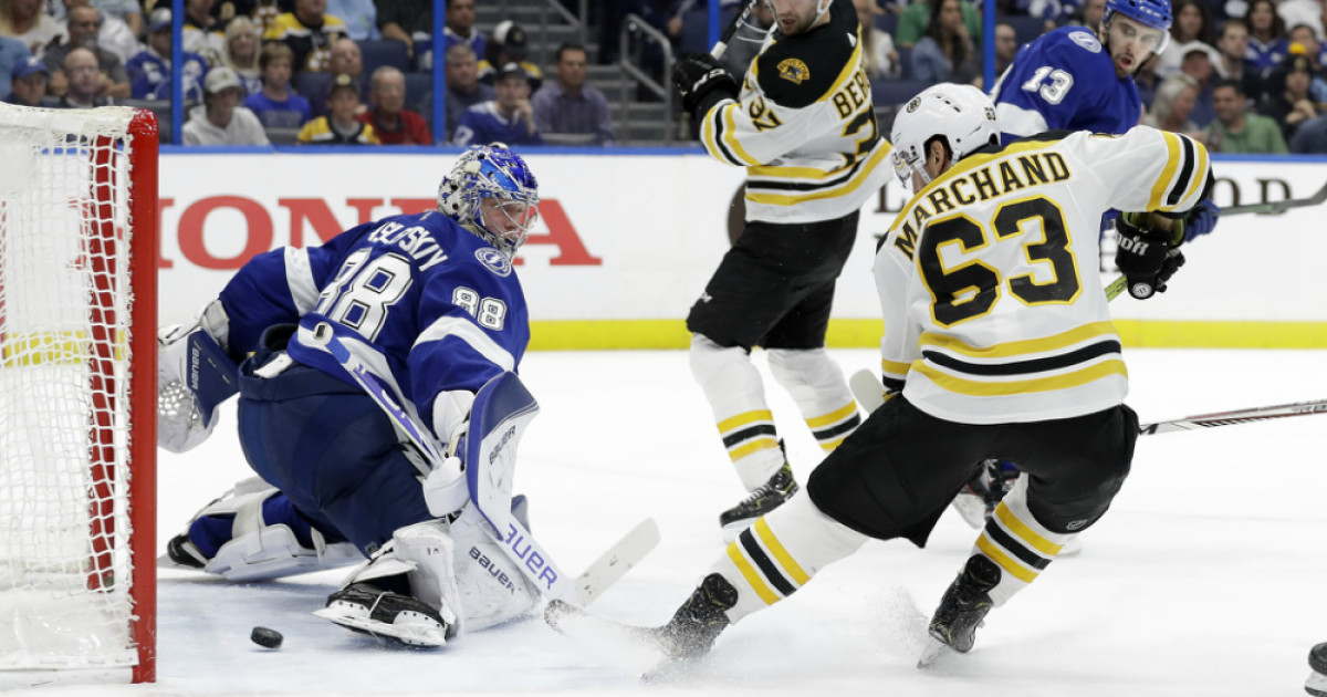 NHL-best Boston Bruins beat Tampa Bay Lightning 2-1 to extend division lead