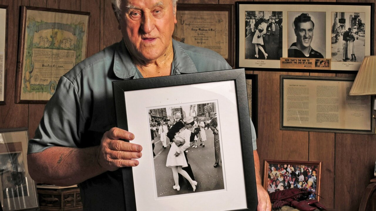 Man who claimed to be sailor in WWII Times Square kiss photo dies at 95