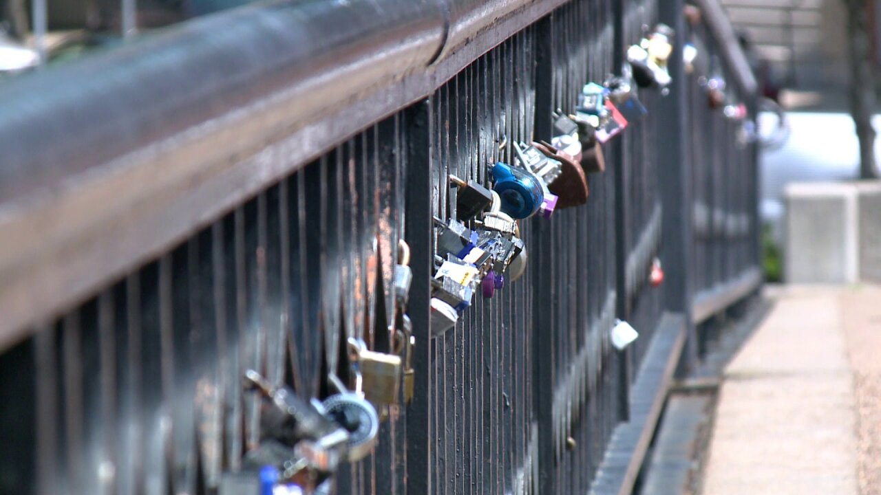 City of Norfolk removes 'love locks' from Hague Bridge