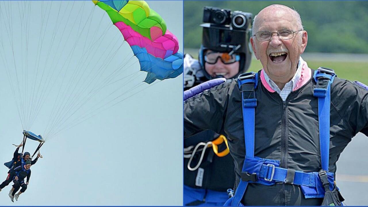 🇺🇸Singing WWII veteran spreads joy, proves 'attitude is so important'
