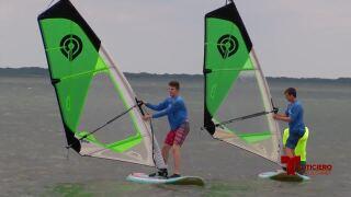 Turistas llegan a la cuenca Bird Island para practicar windsurf