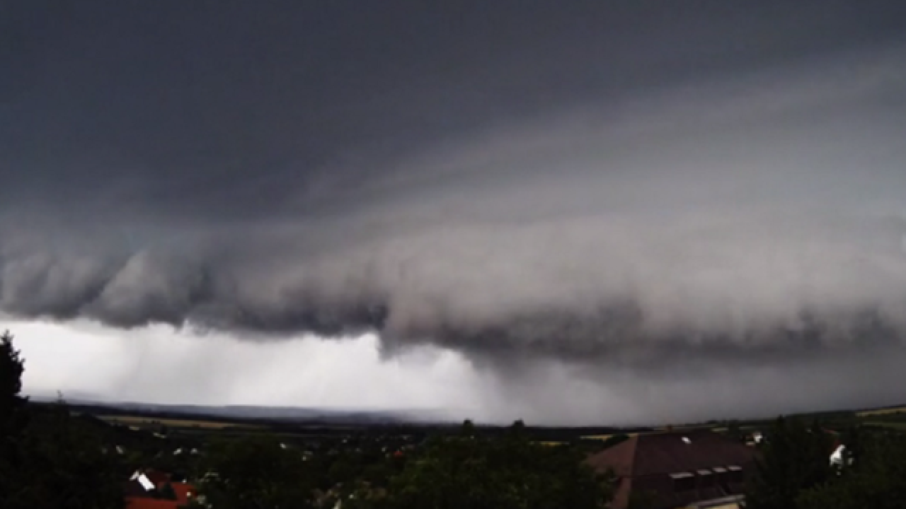 Timelapse: Supercell storm rolls through Hungary