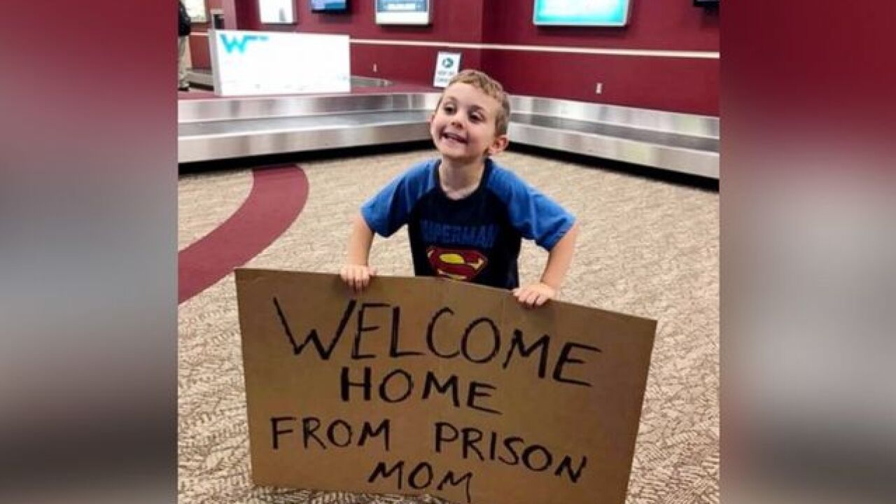 4YO welcomes mom at airport w/ hilarious sign