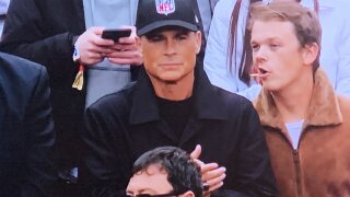 Rob Lowe stays neutral at Packers-49ers game with NFL hat