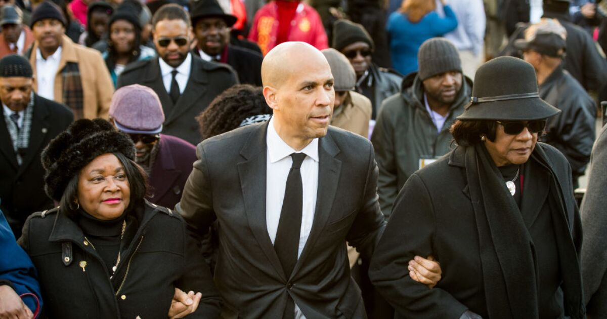 Cory Booker holding gun violence roundtable in Milwaukee