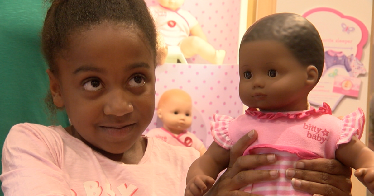 Little girl who lost doll in pedicab surprised with new one