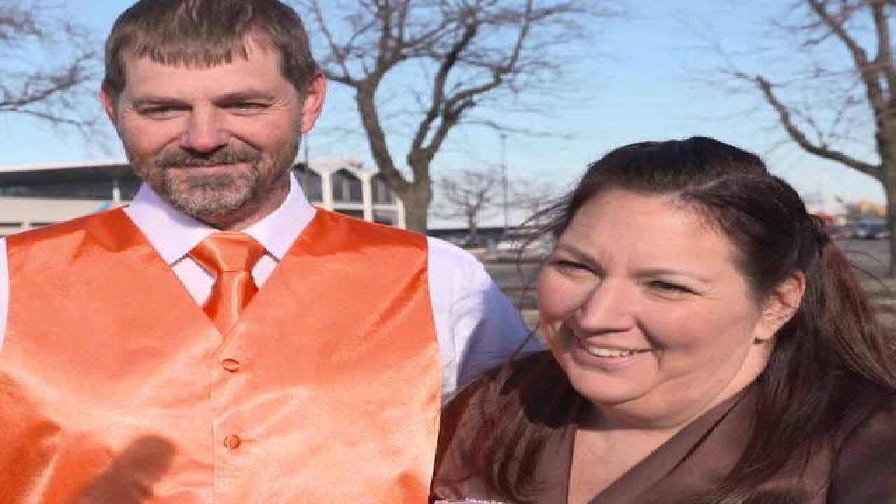 Browns fans marry in Cleveland muni lot