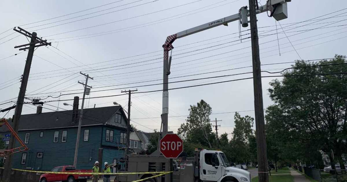 Hundreds without power in Tremont after scaffolding falls off building