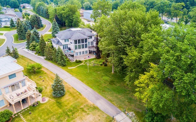Michigan mansion listing featuring 90s interior decor goes viral