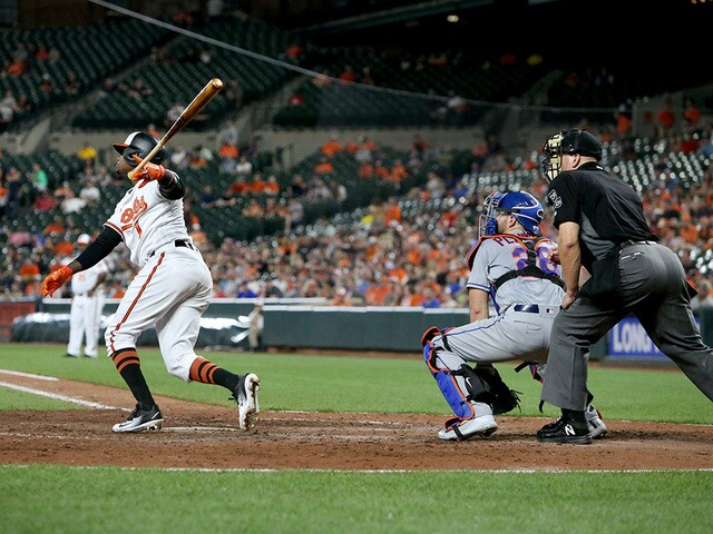 Late-inning runs lift O's over Mets; Davis' bat comes alive