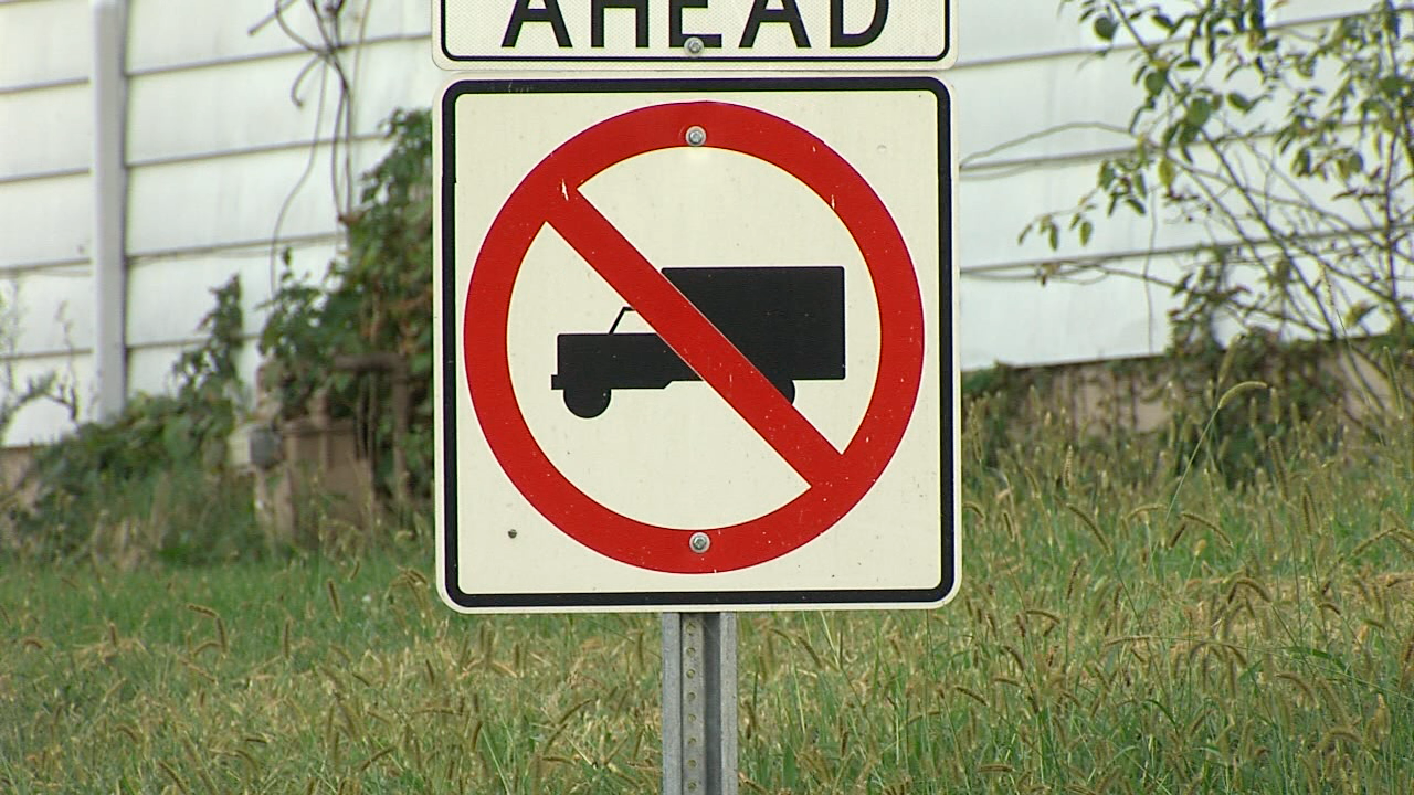 No Trucks sign.png