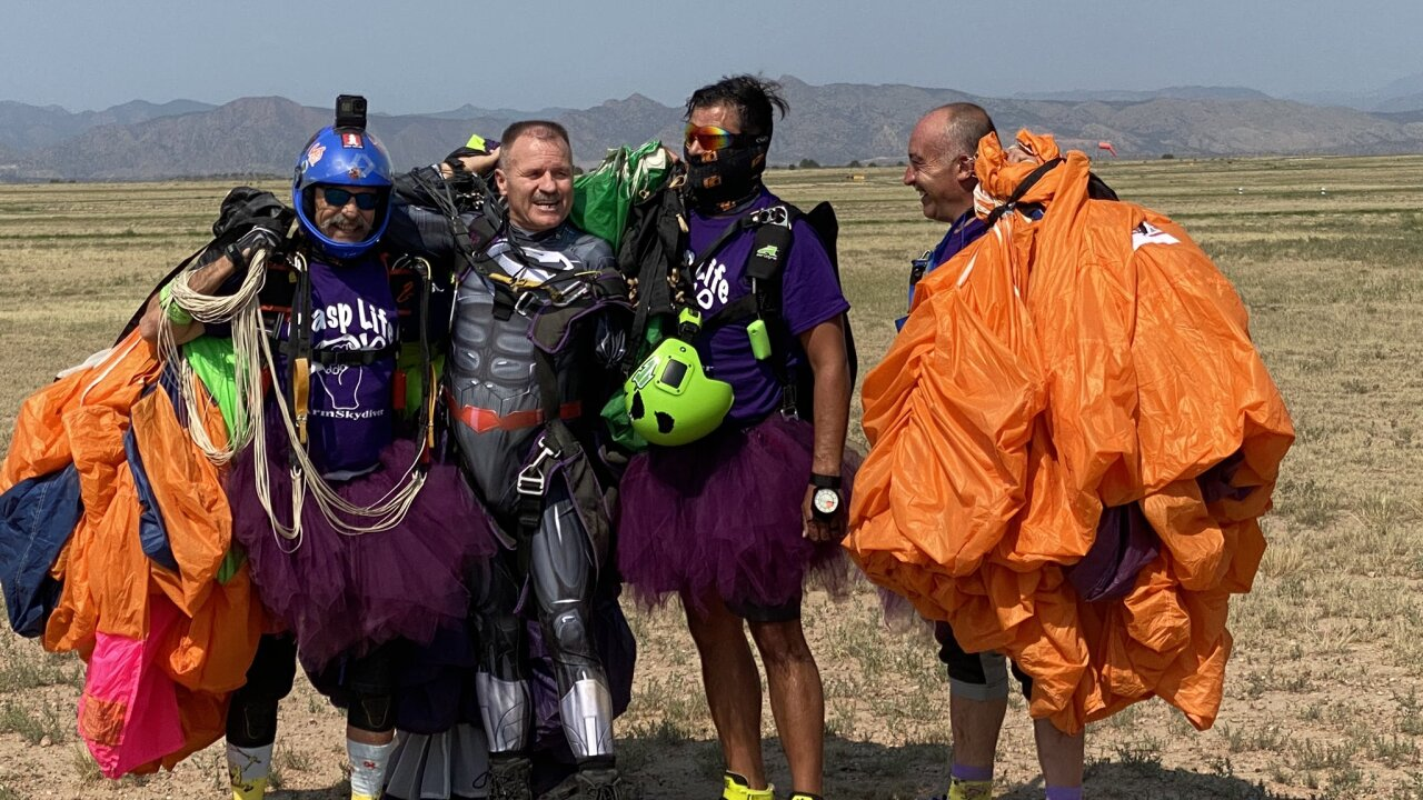 Skydiver with 1 arm takes 1,000th leap
