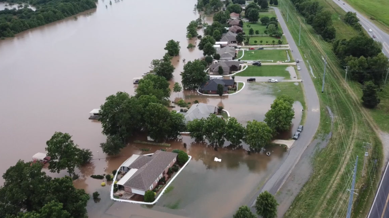 Arkansas neighbors fight floodwaters together — to save their homes