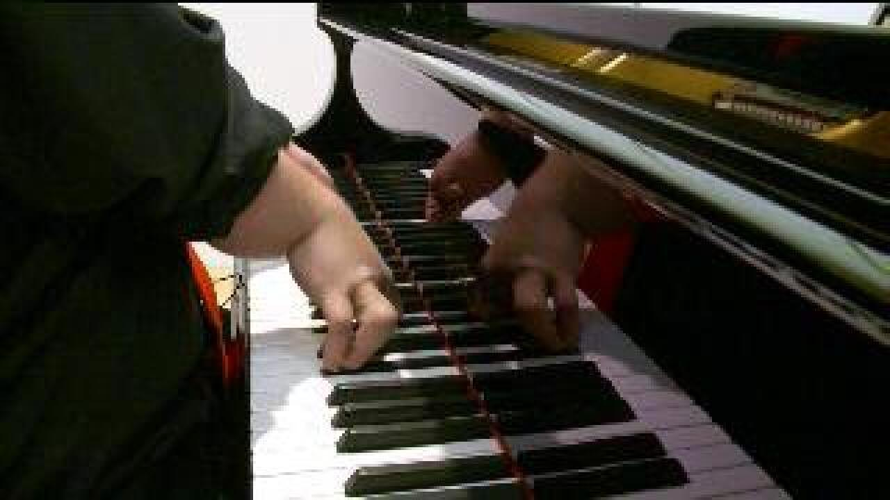 Teen plays piano despite only having 3 fingers on each hand