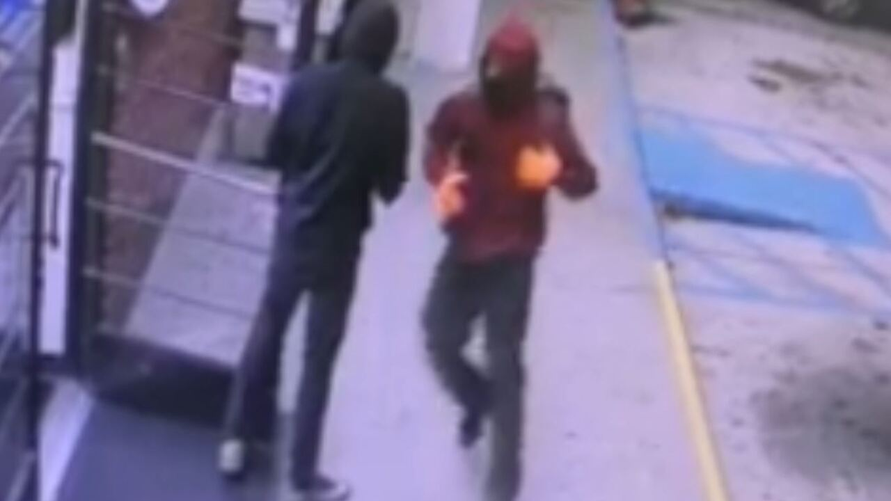Detectives searching for suspects who robbed Portsmouth convenience store atknifepoint