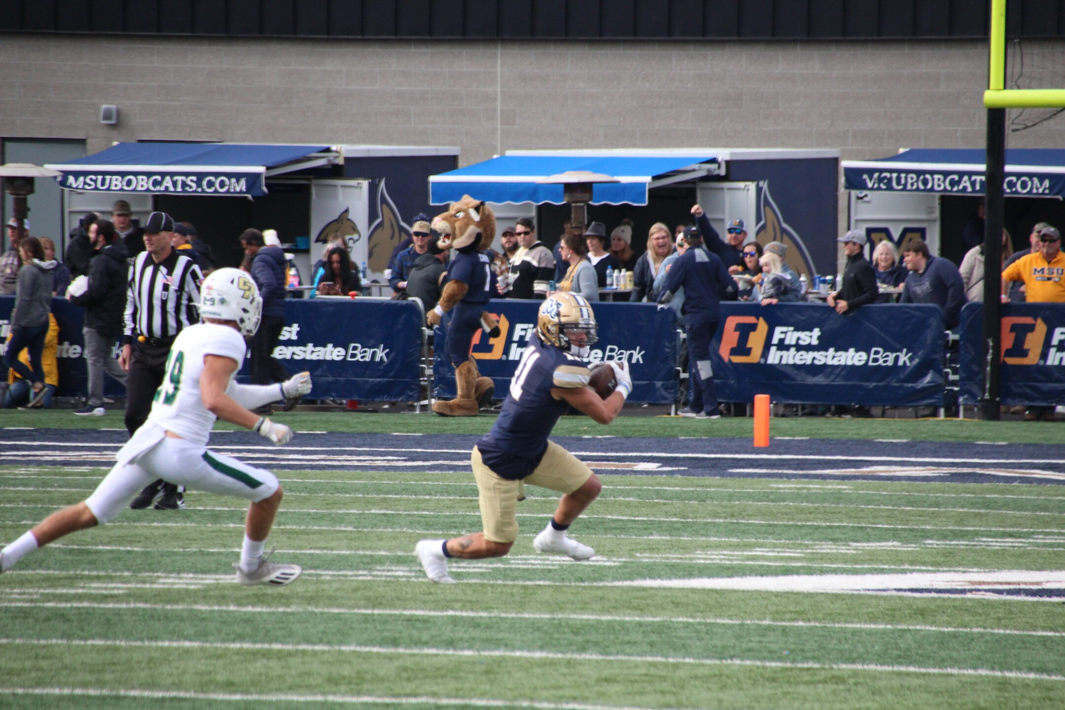 WR Willie Patterson makes a grab in the first half