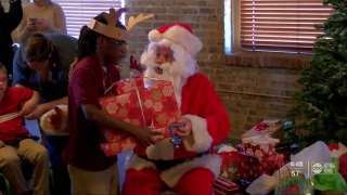 Santa-Claus-Visits-Visually-Impaired-Kids-In-Tampa.png