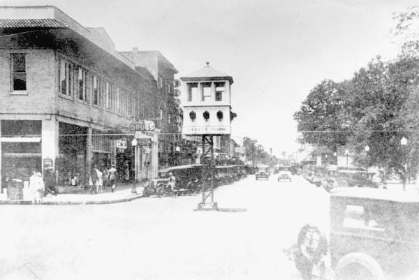 Intersection of Kentucky Avenue and Main Street 1920.jpg