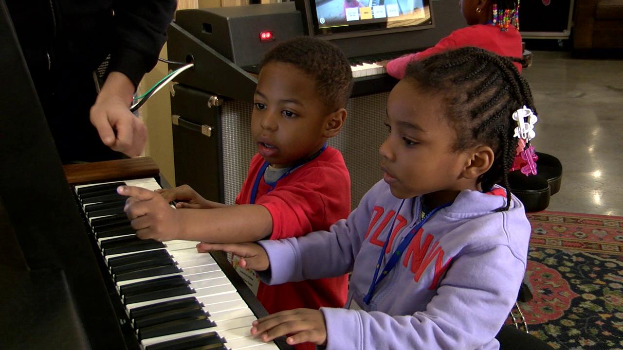 kids play keyboard