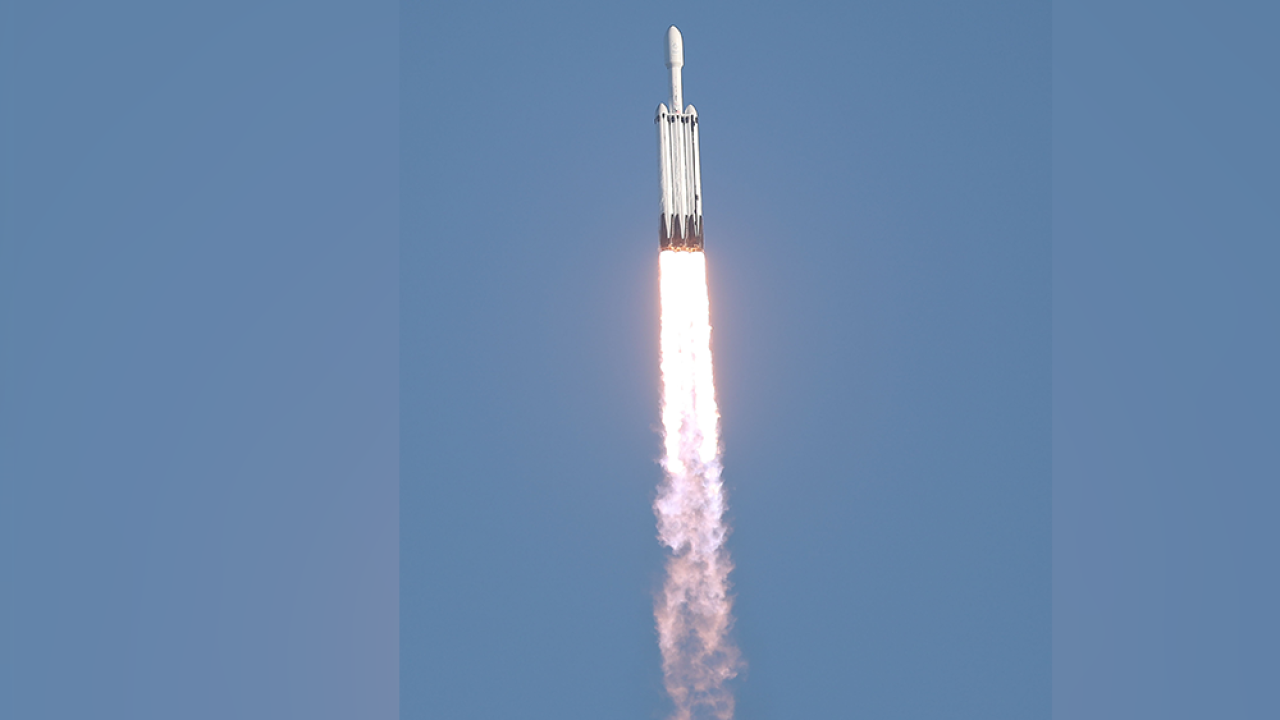 SPACEX-SPACE-X-FALCON-HEAVY-ROCKET.png