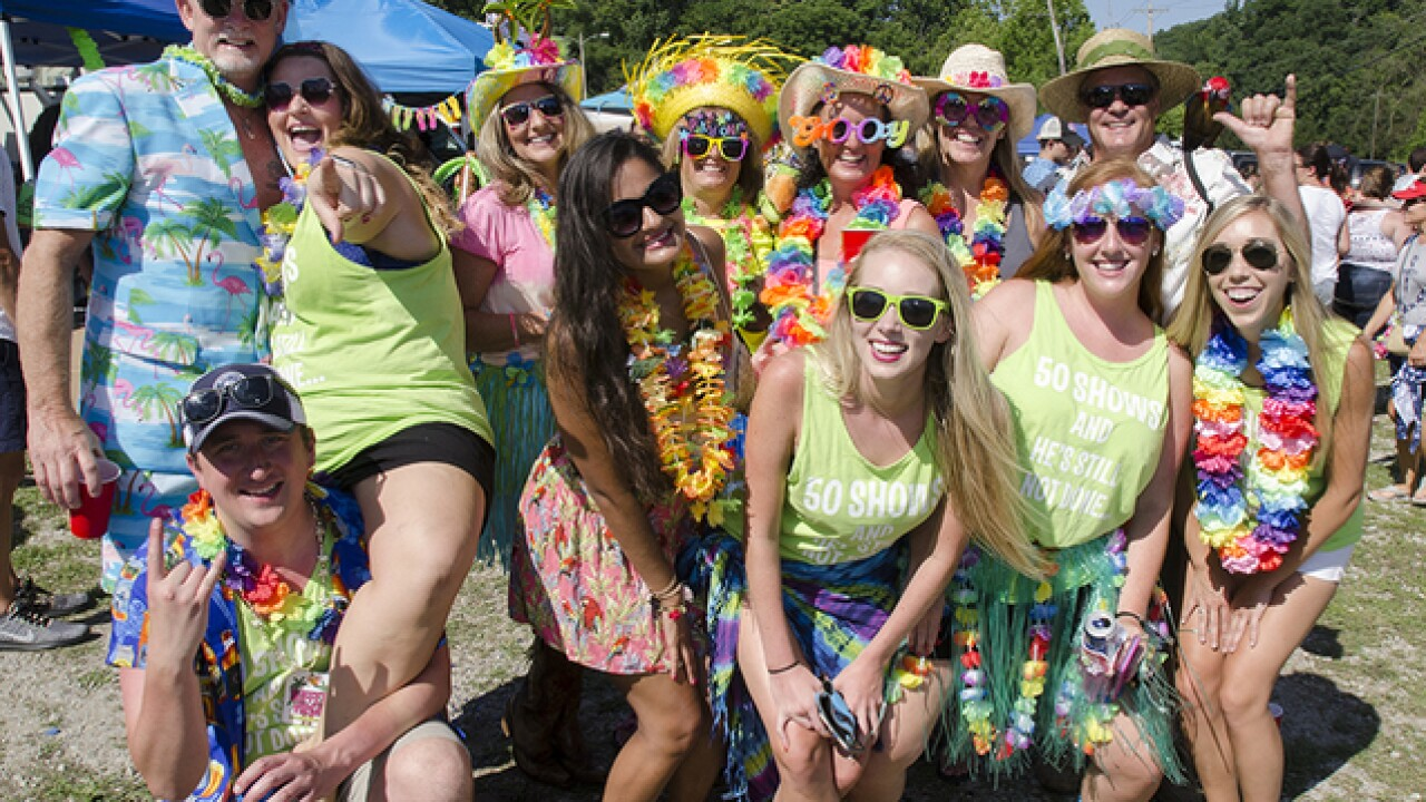 Parrotheads turn out for Jimmy Buffett's 50th Cincinnati concert