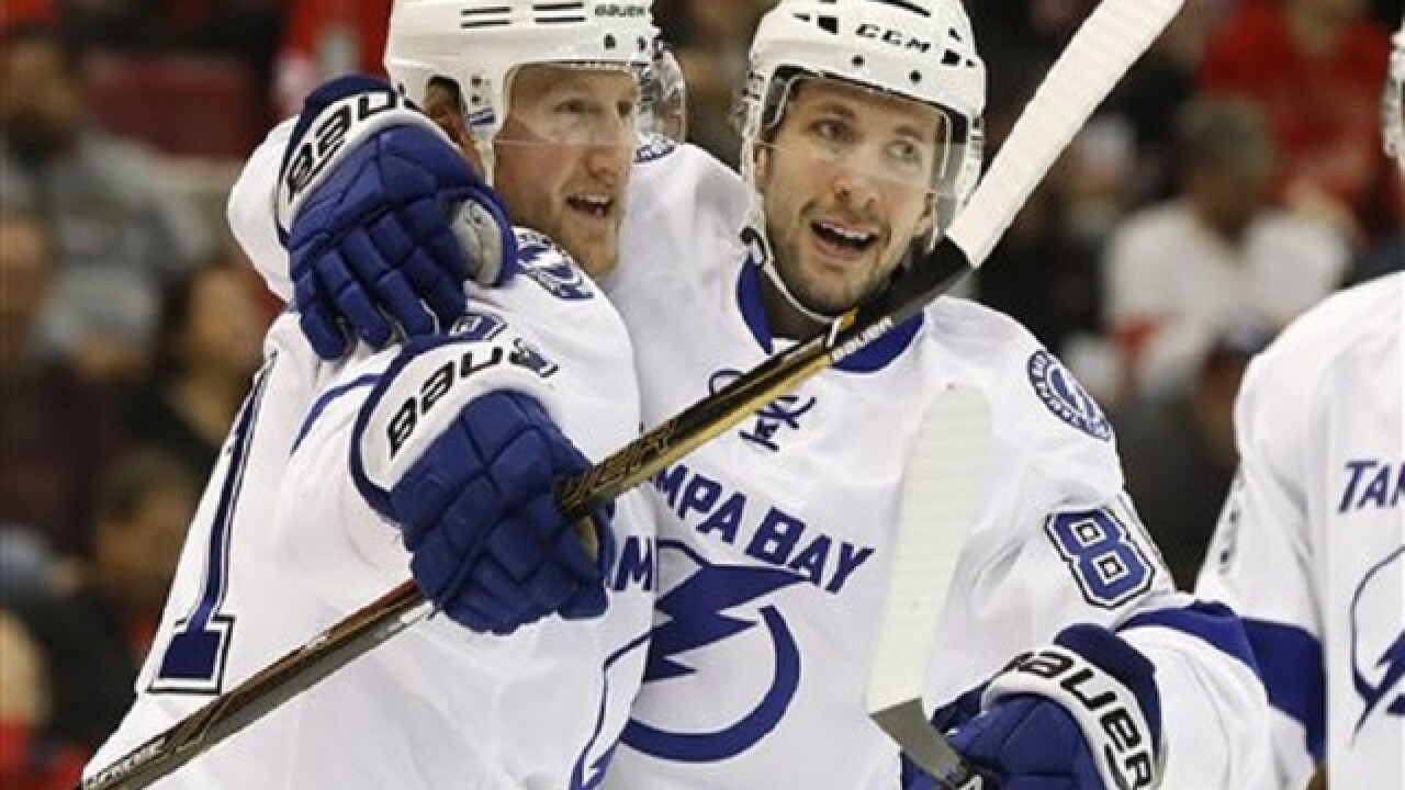 Lightning's Stamkos limps off ice, goes to dressing room