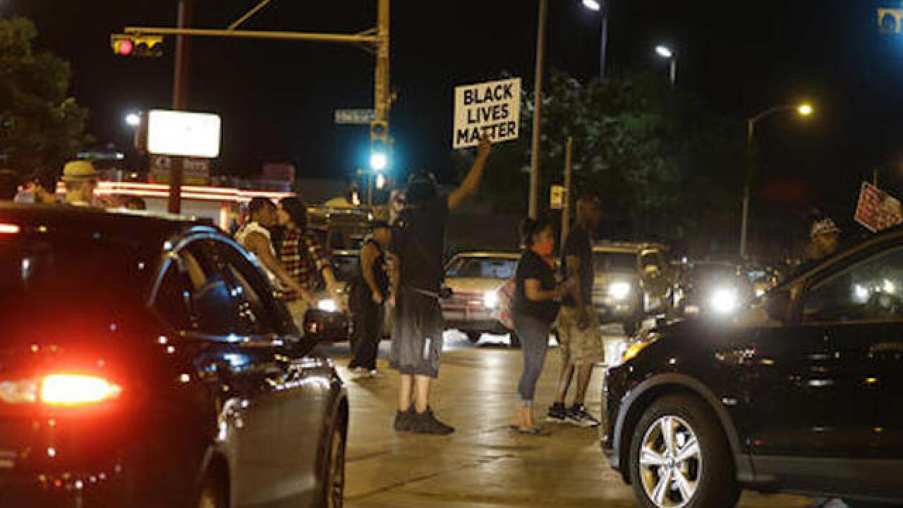 Crowd throwing objects at officers in Milwaukee