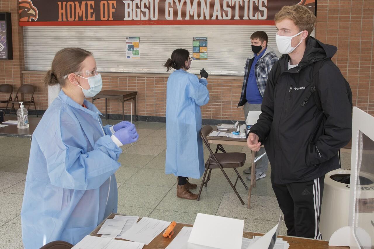 BGSU students help adminster COVID-19 tests