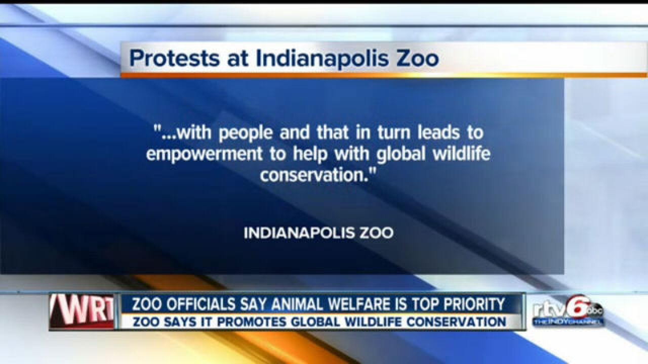 Protesters picket outside zoo