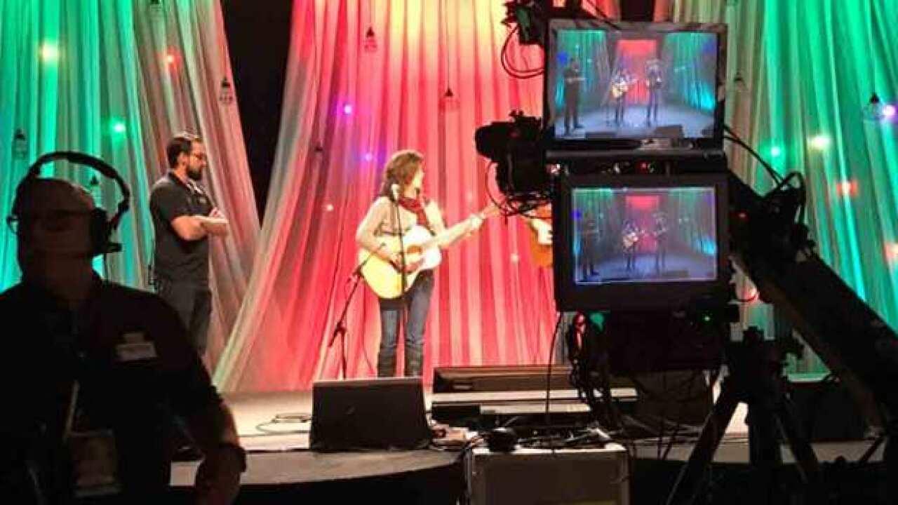 Dolly Parton To Host Telethon For The Smokies