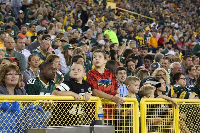 Packers players and fans brave the rain at Family Night