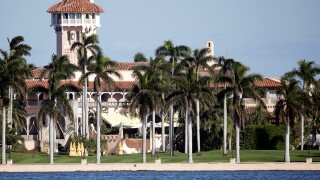 Mar-a-Lago attracts tourists on Thanksgiving