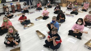 4th graders play ukulele