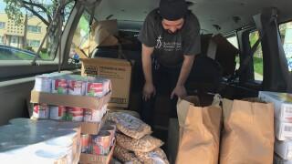 Los paquetes que los empleados de Su Casa estan distribuyendo