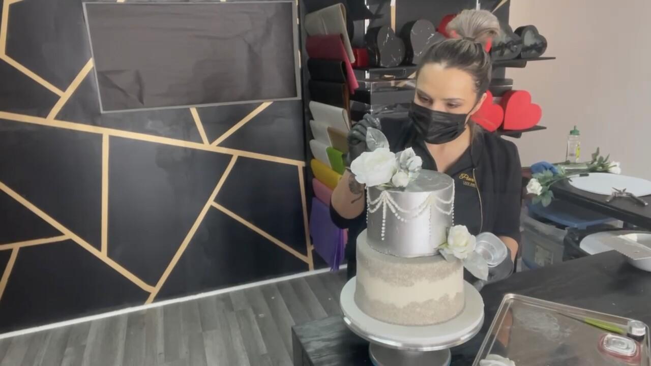 Ana González decorating cakes