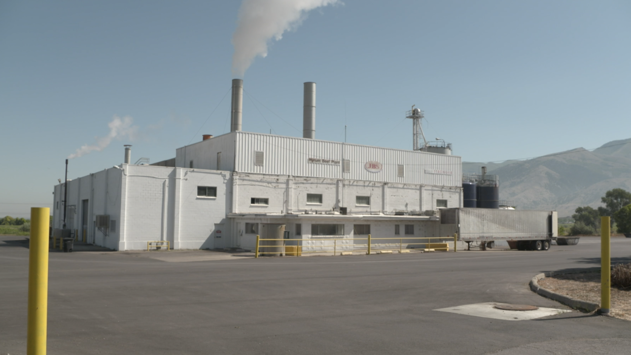 Meatpacking plants fight COVID-19 outbreaks as they continue to stay open