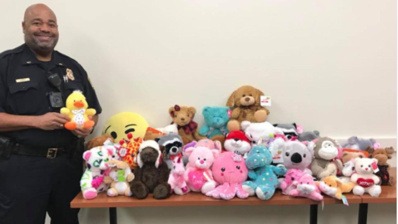 Newport News Police deliver stuffed animals tochildren