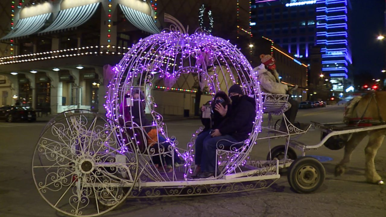Family rides horse drawn carriage on the Plaza 2020