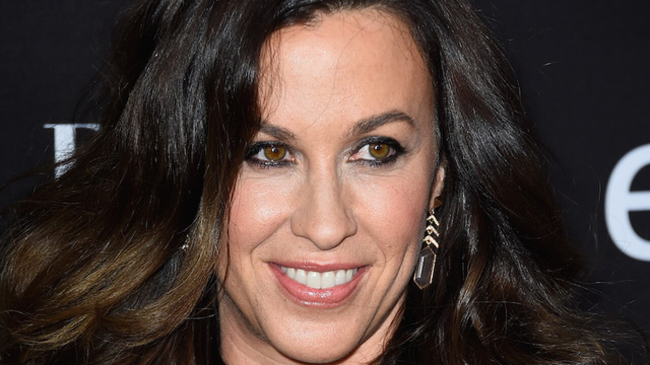 Alanis Morissette posts pregnant, nude photo