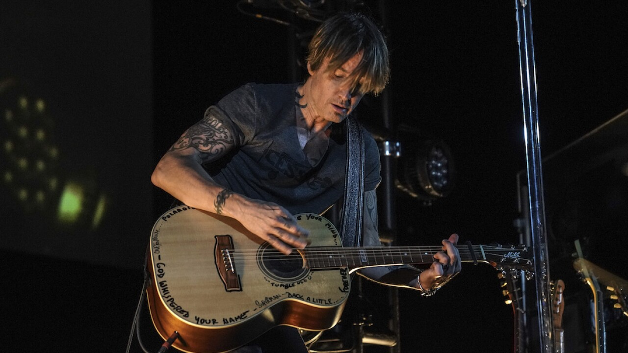 Keith Urban hosts drive-in concert for medical workers