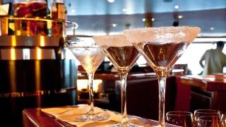 sugared-drink-glass-at-bar_zJRRcDu_.jpg