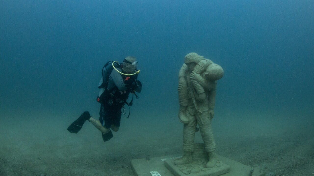 diver and statue face to face color 5D3_3656.jpg