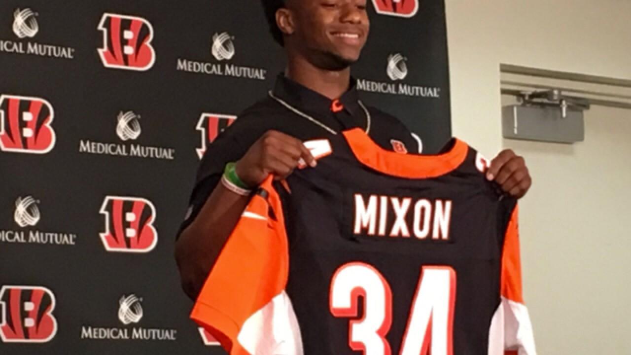 Mixon reaction: Teammates for, fans divided